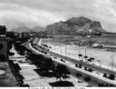Veduta del Foro Italico che si apre sull'ampio Golfo di Palermo. In secondo piano si erge il Monte Pellegrino