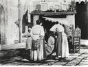 Pettinatrice in una strada di Santa Lucia a Napoli