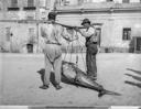 Due uomini trasportano un tonno appena pescato. Palermo