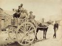 Ritratto di gruppo in abiti tradizionali palermitani, su un carretto siciliano