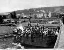 Pescatori tirano le reti in un molo a Napoli