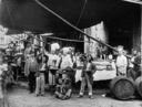 Maccheronaio di Napoli fotografato insieme ad un gruppo di ragazzi ed alcuni cuochi