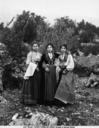 Tre ragazze in abiti tradizionali fotografate a Piana dei Greci, ora Piana degli Albanesi, in Sicilia