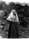 Ragazza in abiti tradizionali fotografata a Piana dei Greci, ora Piana degli Albanesi, in Sicilia