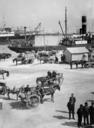 Veduta del porto di Palermo. In primo piano un tipico carretto siciliano.