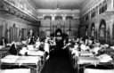 Salone adibito ad ospedale con feriti di guerra e crocerossine