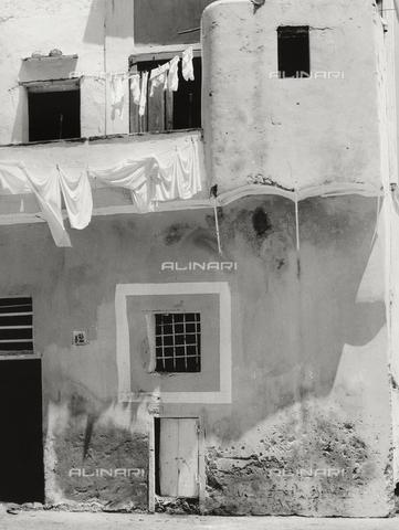Casa con panni stesi alinari shop for 30x40 planimetrie della casa