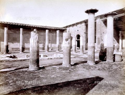 Peristilio casa di meleagro pompei scavi alinari shop for 30x40 planimetrie della casa